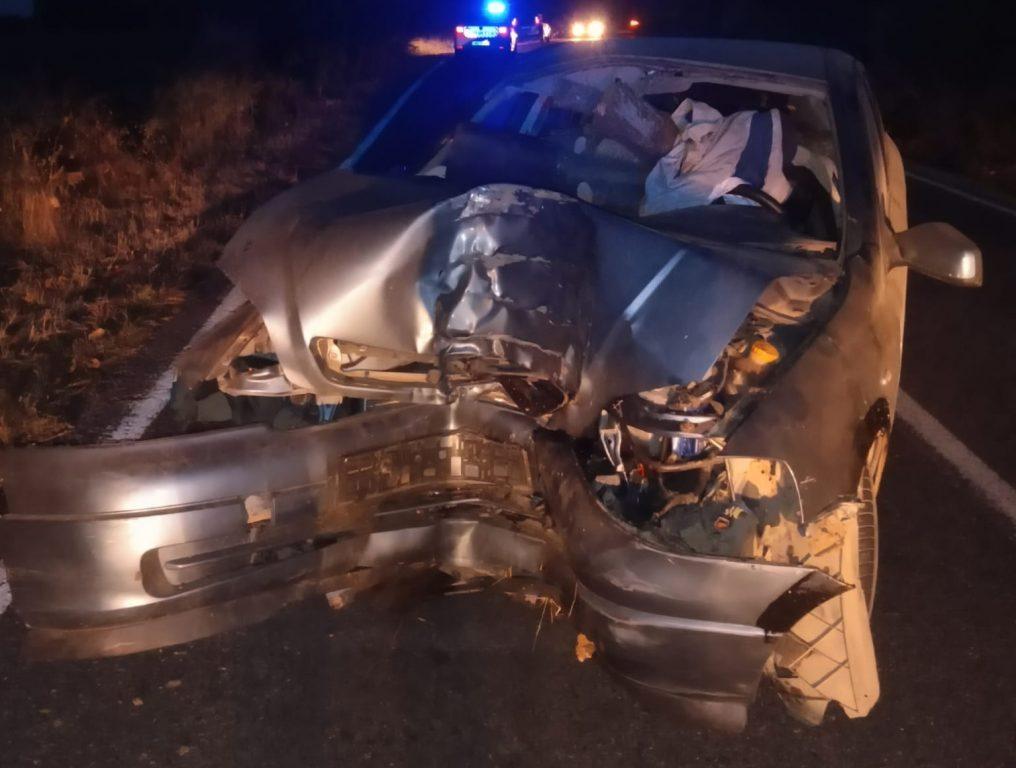 Fără permis, a intrat cu mașina în copac și a ajuns la spital