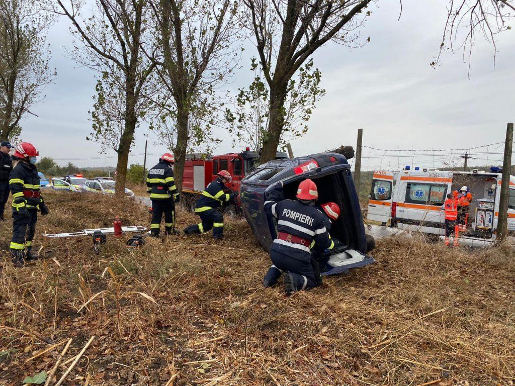 Accident pe drumul către Agighiol. Șoferul, inconștient, a fost transportat la spital